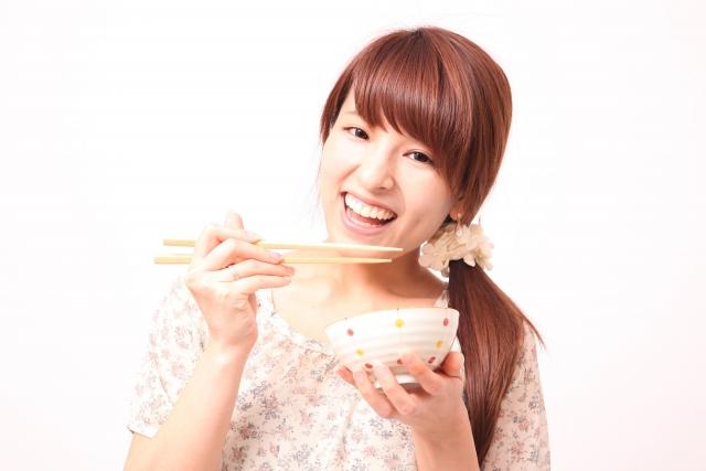 美味しいご飯を食べる女性