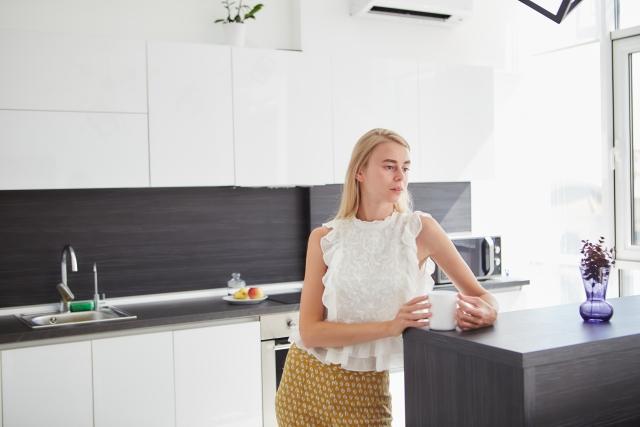 台所でコーヒーを飲む